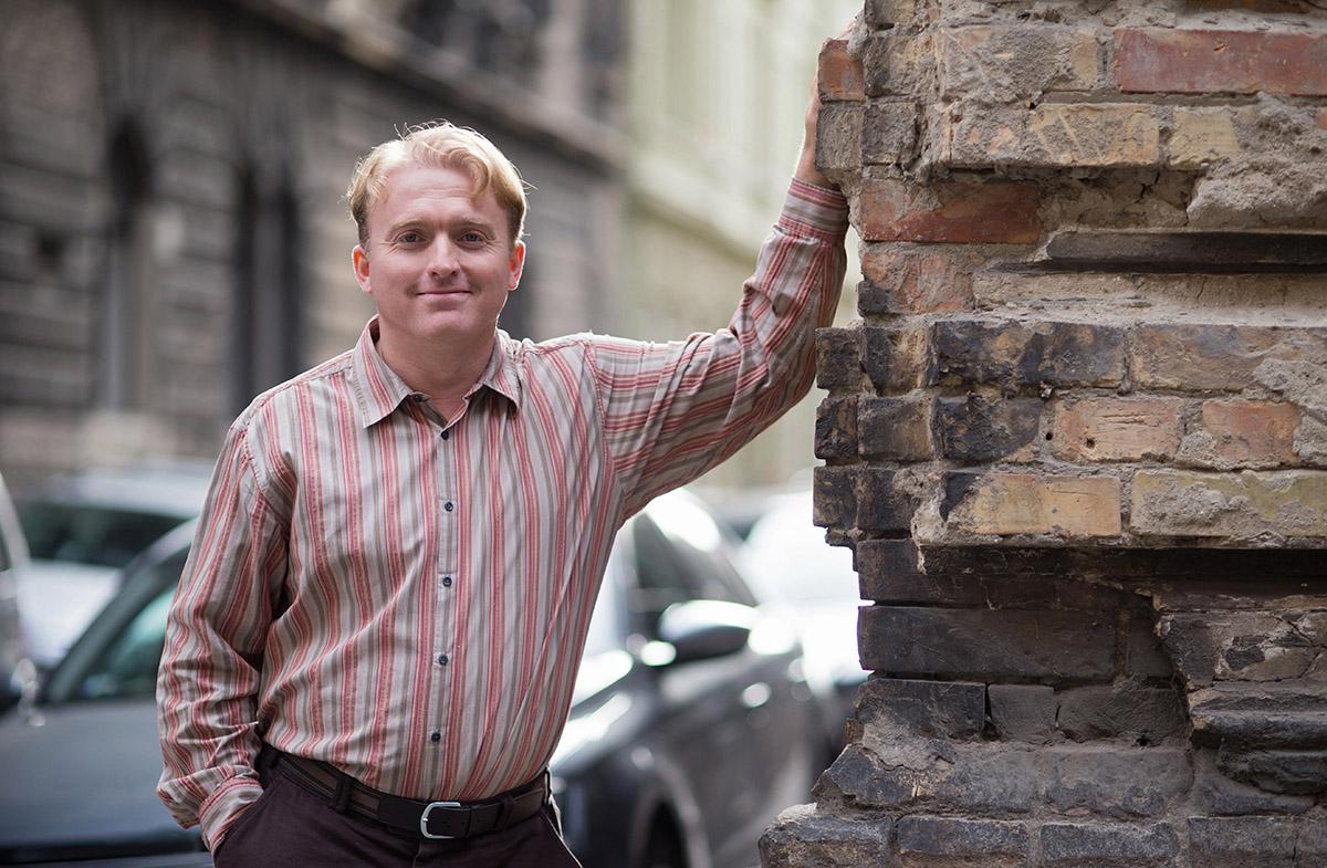 Lackfi János: Kiállni a virtuális erkélyre és áriázni