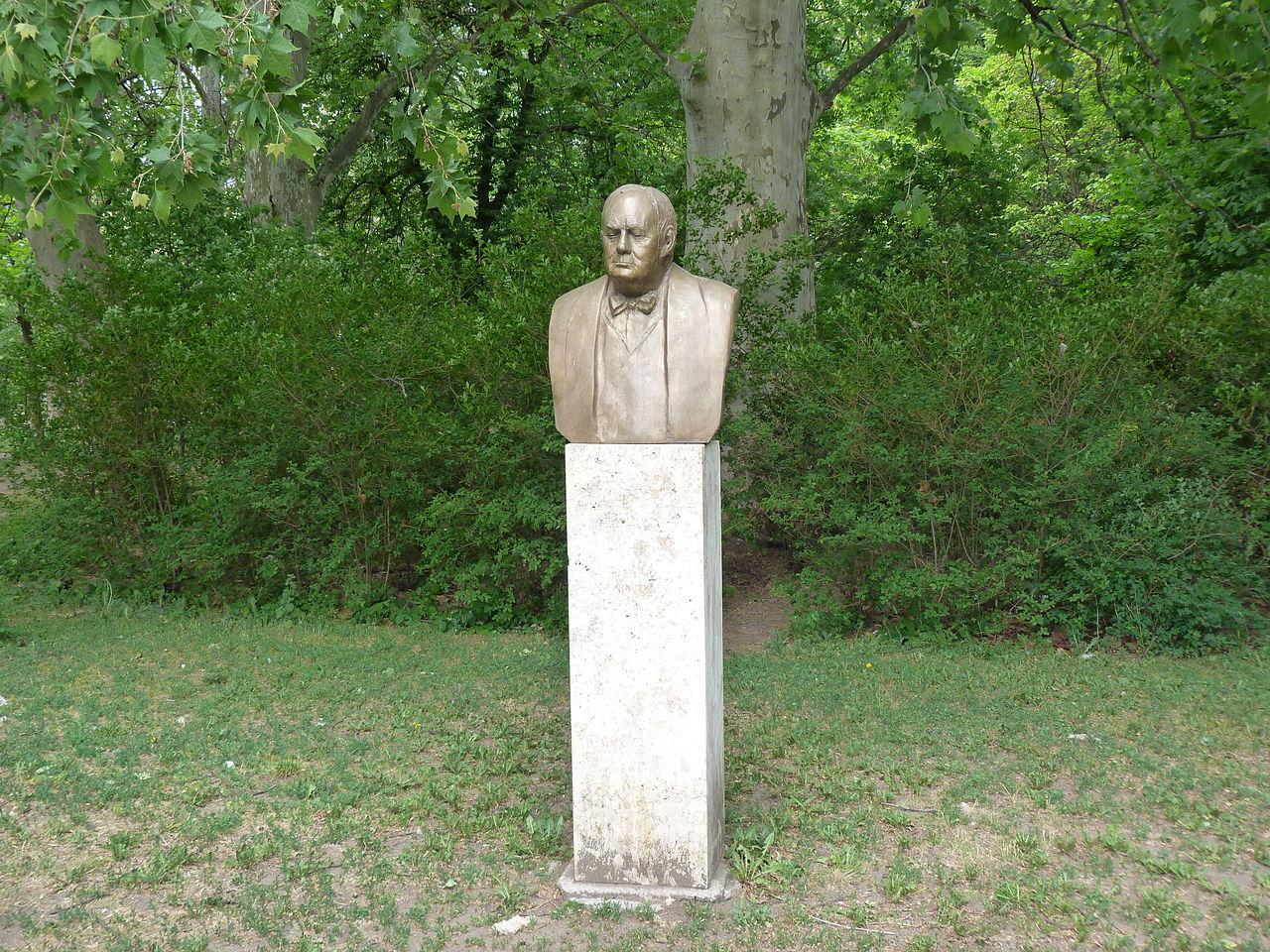 Megrongálták Winston Churchill városligeti szobrát is